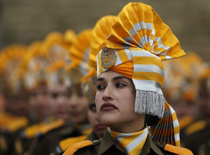 Воинственная красота: девушки разных стран на парадах, 30 фото
