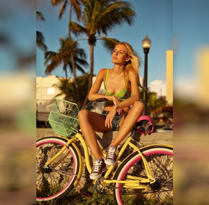 krasivyye devushki na velosipedakh