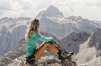 krasivyye devushki turistki pokhod v gory