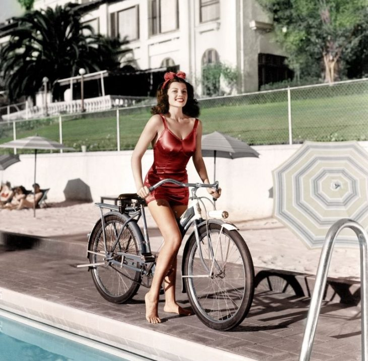 Rita Hayworth_retro foto znamenitosti na velosipedakh