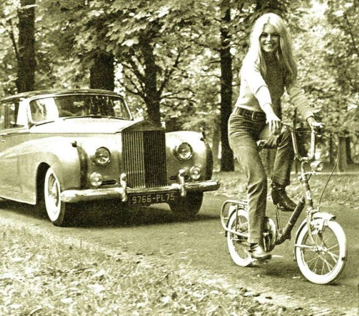 Brigitte Bardot_retro foto znamenitosti na velosipedakh