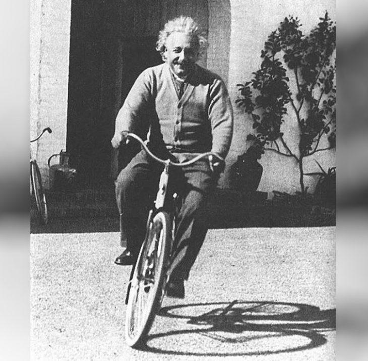 Albert Einstein_retro foto znamenitosti na velosipedakh